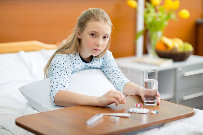 Kleines Mädchen im Krankenhausbett stockbild