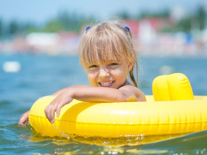 Kleines Mädchen im Meer stockbild