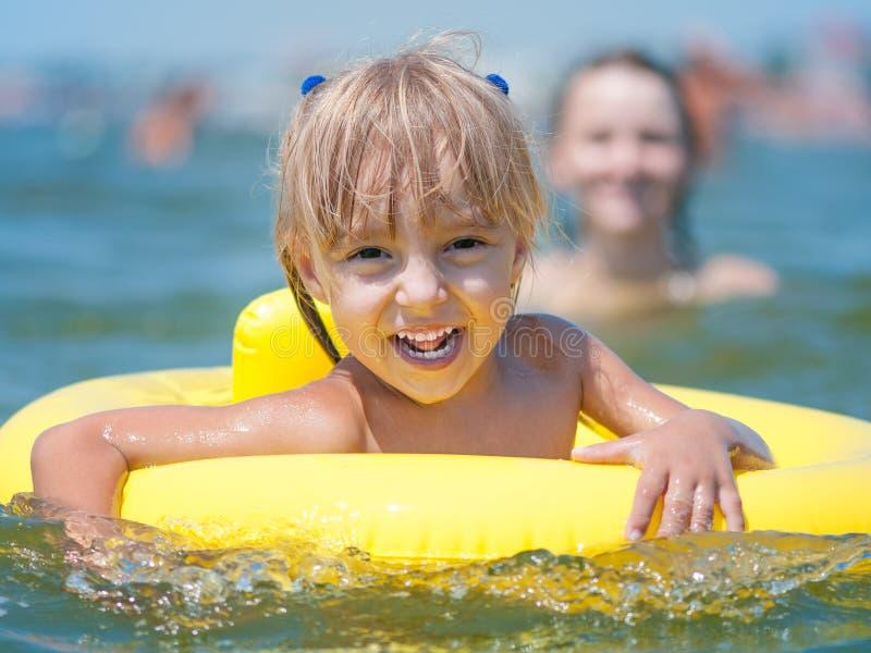 Kleines Mädchen im Meer lizenzfreies stockbild
