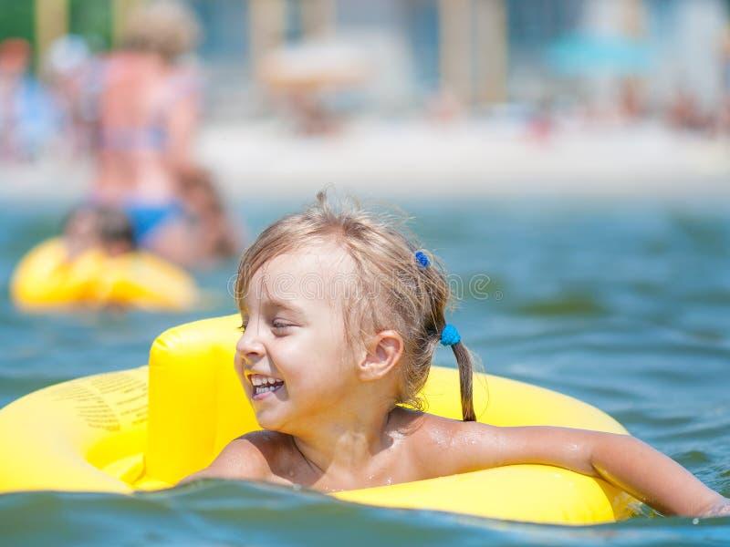 Kleines Mädchen im Meer lizenzfreie stockbilder