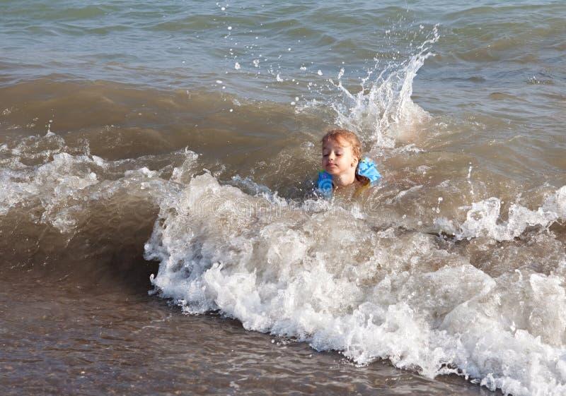 Kleines Mädchen im Meer. stockfotografie