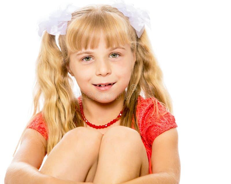 Kleines Mädchen im orange Kleid stockfotos