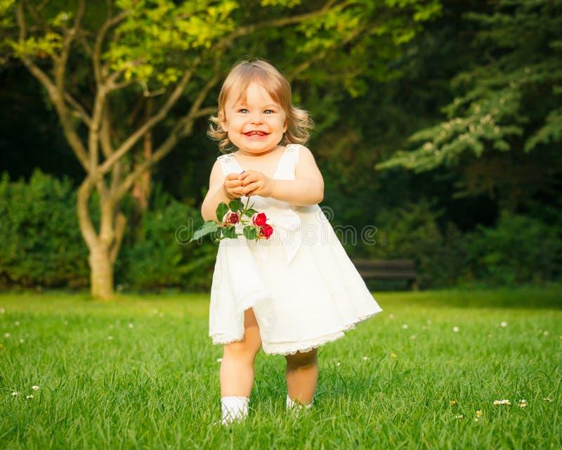 Download Kleines Mädchen im Park stockfoto. Bild von gras, playful - 26369638
