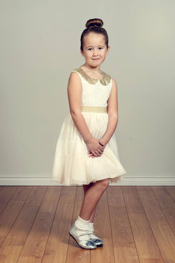 Kleines Mädchen im Partykleid lizenzfreie stockfotografie
