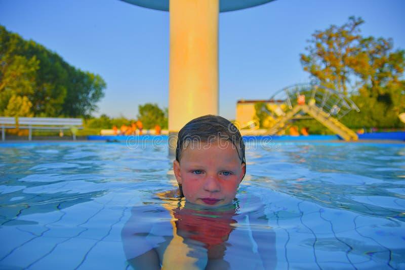 Kleines Mädchen im Pool Porträt des kleinen netten Mädchens im Swimmingpool Sonniger Sommertag Sommer und glückliche Kindheit con lizenzfreie stockfotografie
