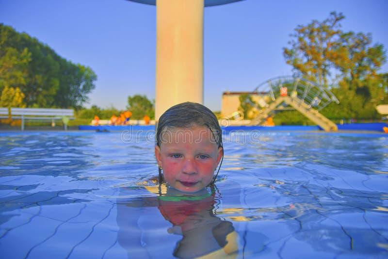 Kleines Mädchen im Pool Porträt des kleinen netten Mädchens im Swimmingpool Sonniger Sommertag Sommer und glückliches chilhood co stockfotografie