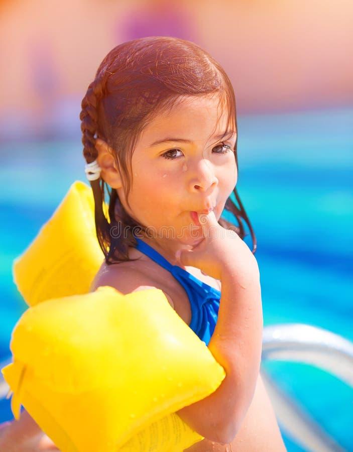 Kleines Mädchen im Poolside lizenzfreies stockfoto