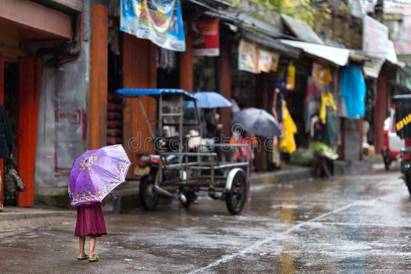 Kleines Mädchen im Regen an lizenzfreie stockfotografie