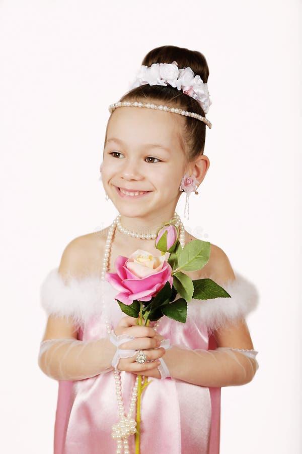 Kleines Mädchen im rosa Kleid mit Blumen lizenzfreie stockfotografie