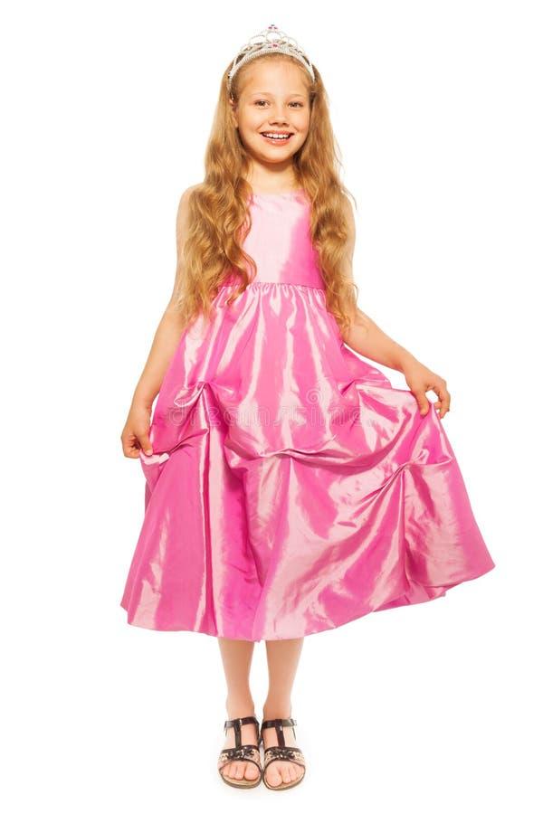 Kleines Mädchen im rosa Kleid mit Prinzessinkrone lizenzfreie stockfotografie