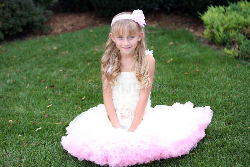 Kleines Mädchen im rosafarbenen Kleid lizenzfreies stockbild