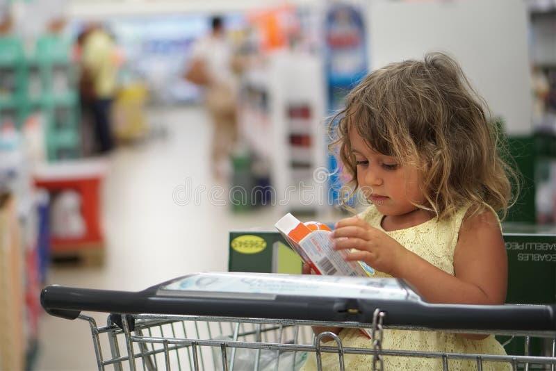 Kleines Mädchen im Shop stockbild