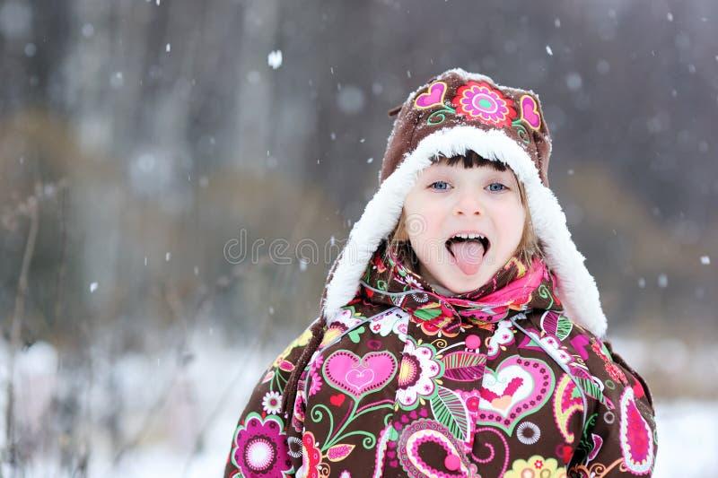Kleines Mädchen im starken Schneefall stockfotografie