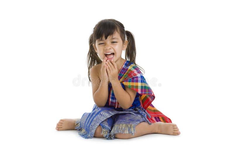 Kleines Mädchen im traditionellen siamesischen Lachen lizenzfreie stockbilder