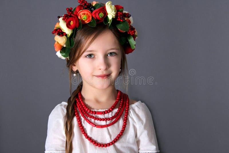 Kleines Mädchen im ukrainischen nationalen Kostüm stockfoto