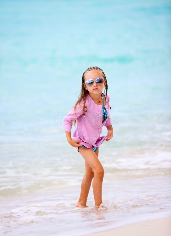 Kleines Mädchen im Urlaub lizenzfreie stockfotos
