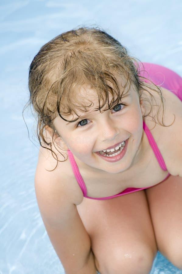 Kleines Mädchen im Wasser lizenzfreies stockbild