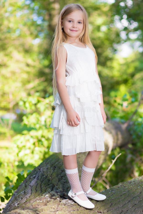 Kleines Mädchen im weißen Kleid lizenzfreies stockfoto