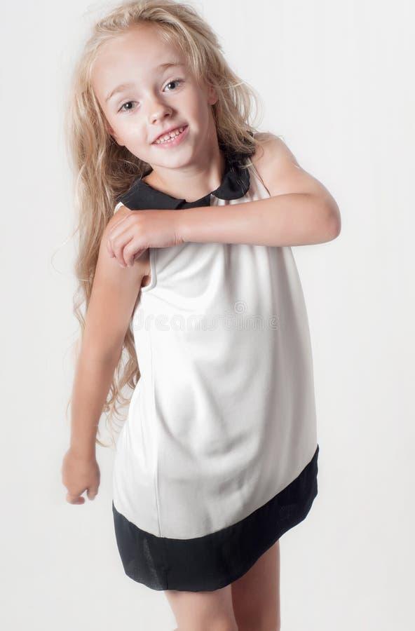 Kleines Mädchen im weißen Kleid stockfoto