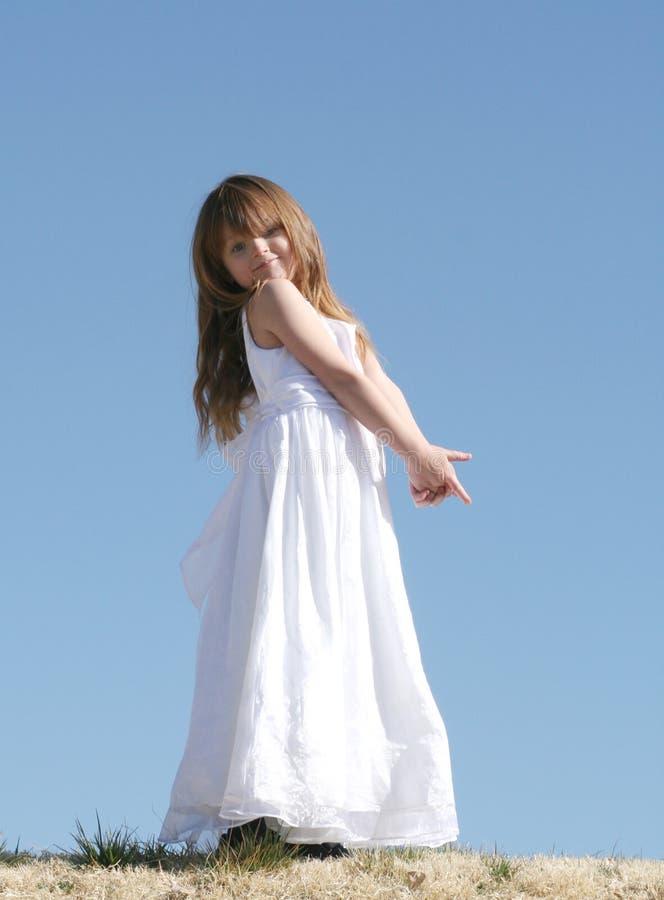 Kleines Mädchen im weißen Kleid stockbilder