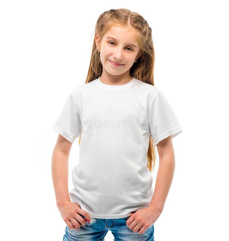 Kleines Mädchen im weißen T-Shirt auf weißem Hintergrund lizenzfreies stockbild