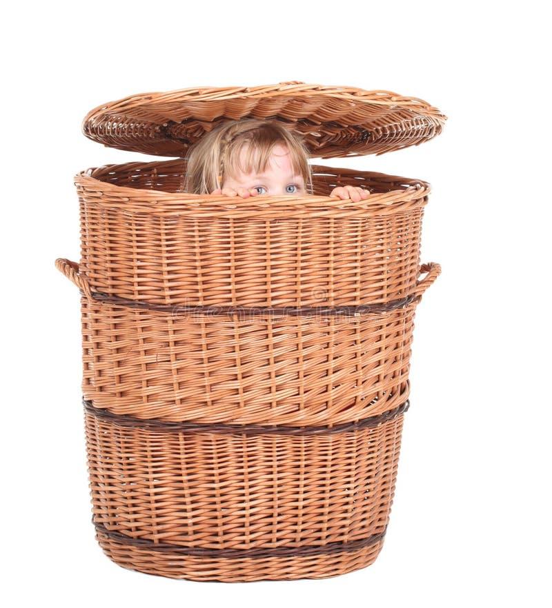 Kleines Mädchen im Weidenkasten lizenzfreies stockbild