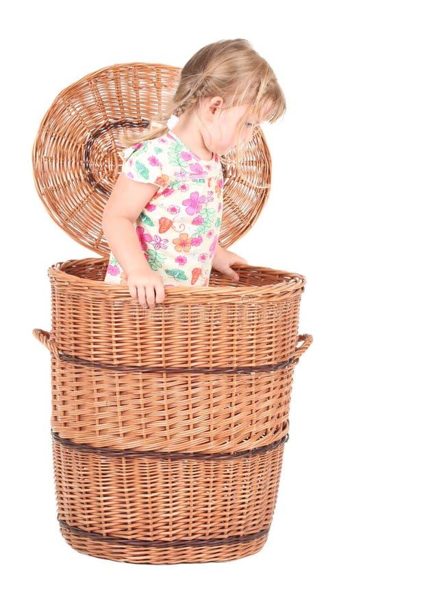 Kleines Mädchen im Weidenkasten lizenzfreie stockfotos