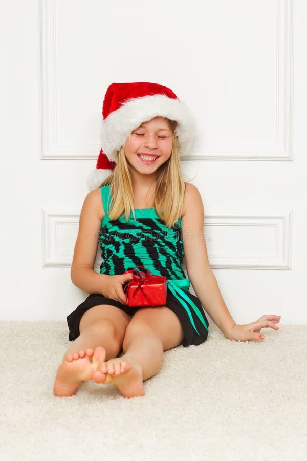 Kleines Mädchen im Weihnachtsmann-Hut lizenzfreies stockfoto