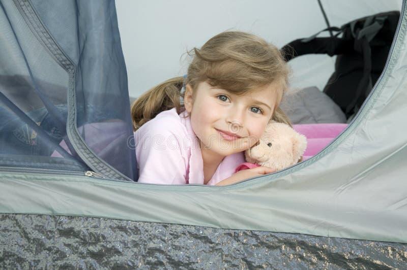 Kleines Mädchen im Zelt lizenzfreies stockbild