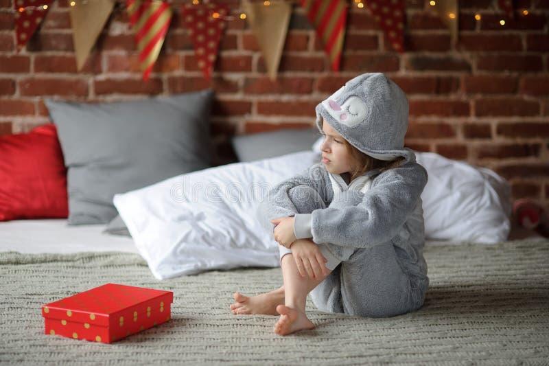 Kleines Mädchen ist über ein Geschenk enttäuscht lizenzfreie stockbilder