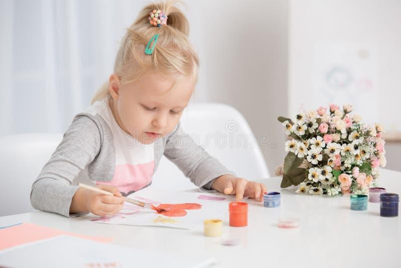 Kleines Mädchen-Kinderzeichnungs-Kreativitäts-Talent-Konzept stockfoto