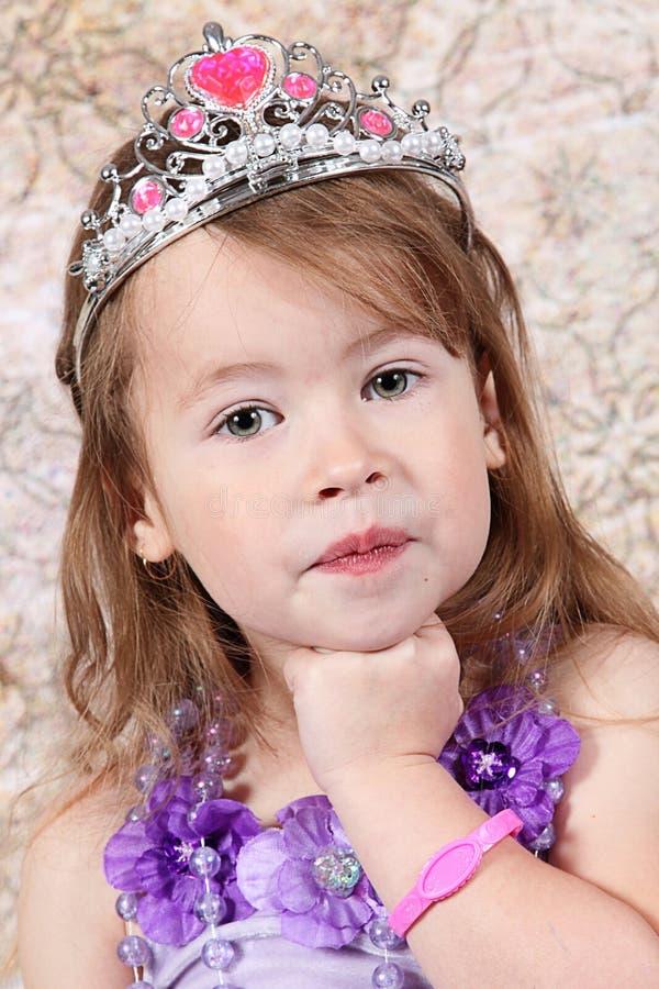 Kleines Mädchen kleidete an der Prinzessin an stockfotos