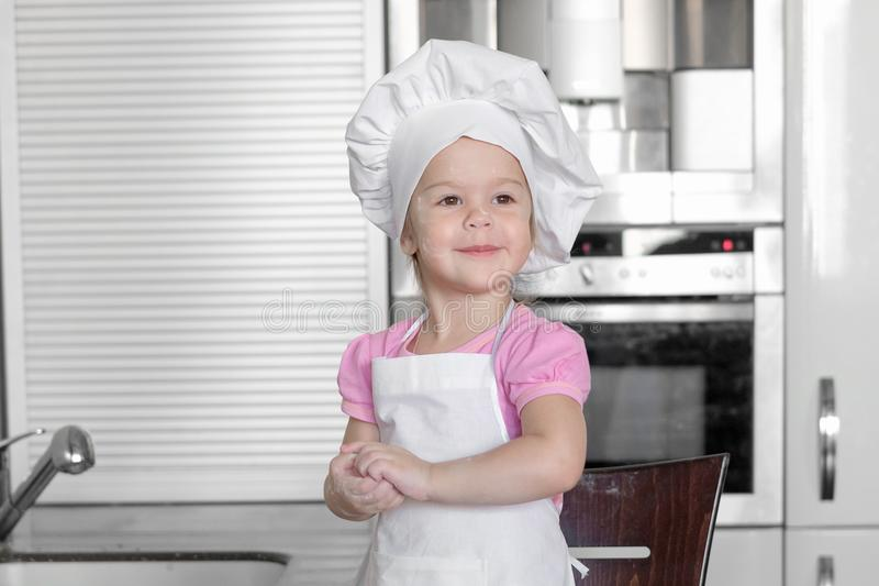 Kleines Mädchen kocht auf Küche Spaß bei der Herstellung von Kuchen und von Plätzchen haben lizenzfreies stockbild