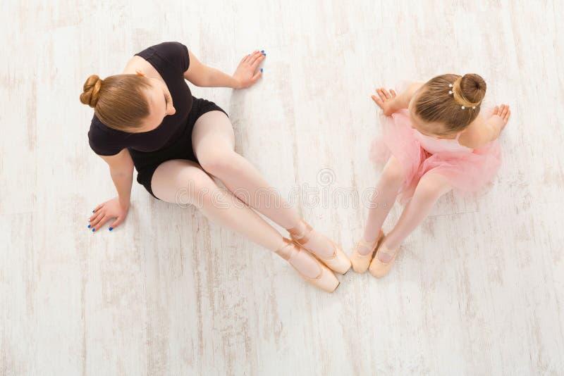 Kleines Mädchen lernen Ballett mit Lehrerkopienraum lizenzfreie stockfotos