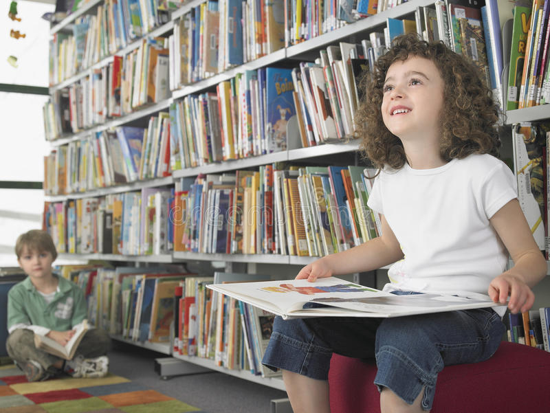Kleines Mädchen-Lesebuch lizenzfreie stockfotos
