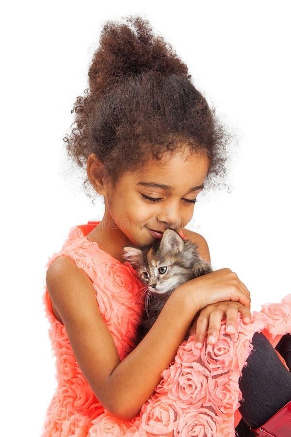 Kleines Mädchen liebt ihr Kätzchen stockfoto