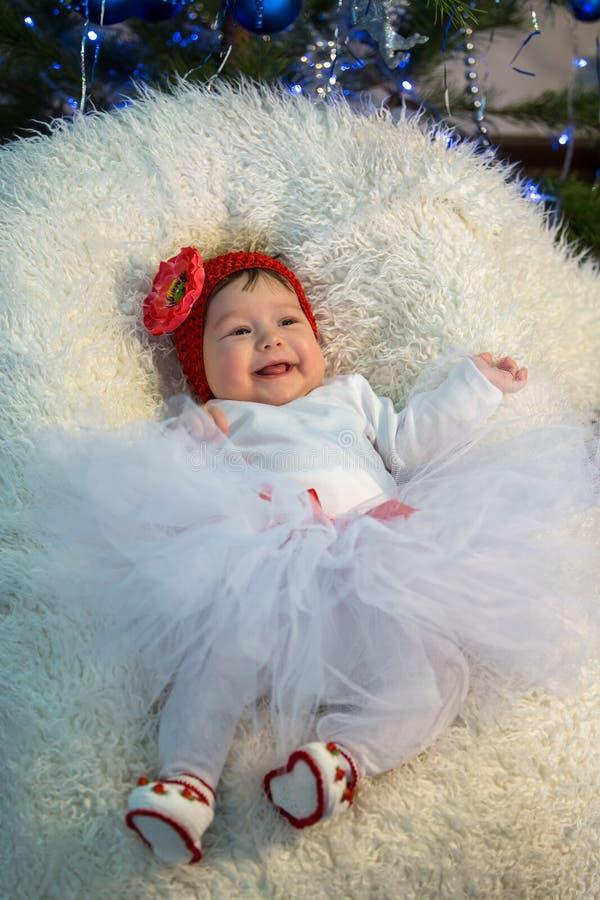 Kleines Mädchen liegt auf Decke und lacht lizenzfreies stockfoto