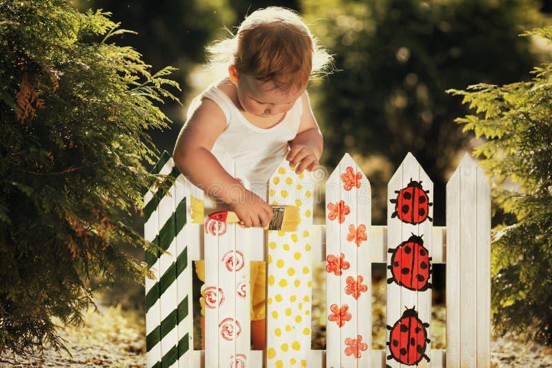 Kleines Mädchen Malt Einen Zaun Stockbild