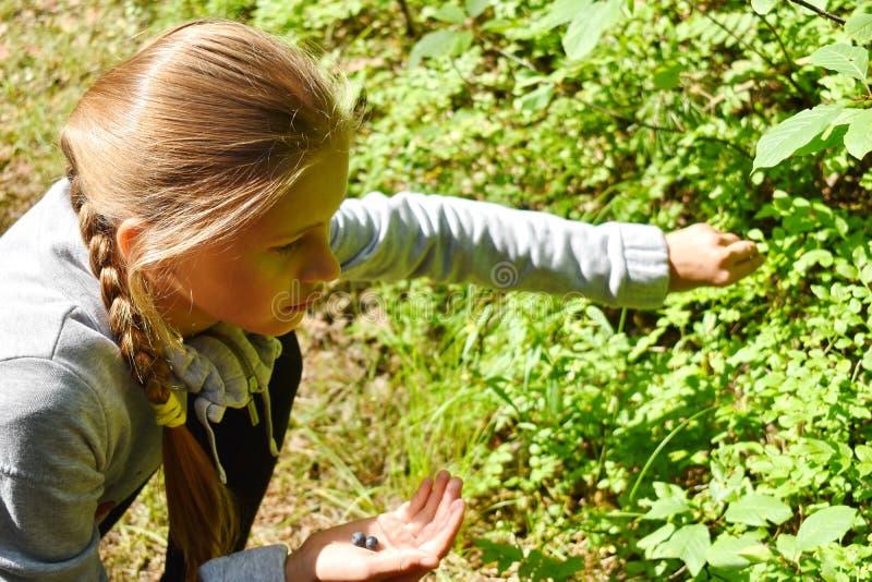 Kleines Mädchen man erhielt im Wald verloren lizenzfreie stockbilder