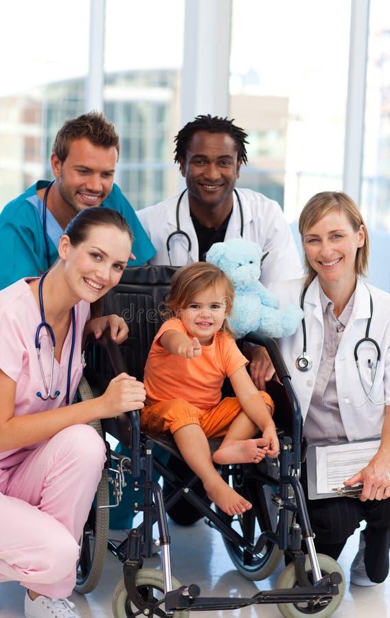 Kleines Mädchen mit Ärzteteam lizenzfreie stockfotografie