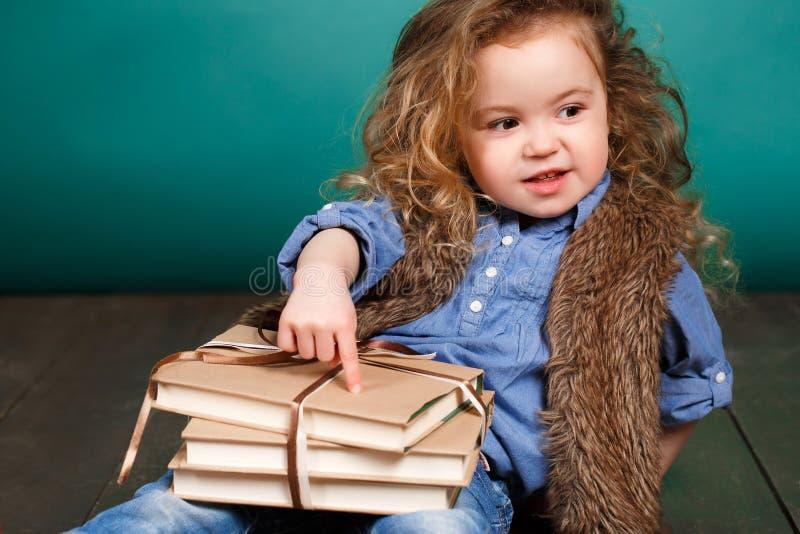 Kleines Mädchen mit Büchern stockfoto