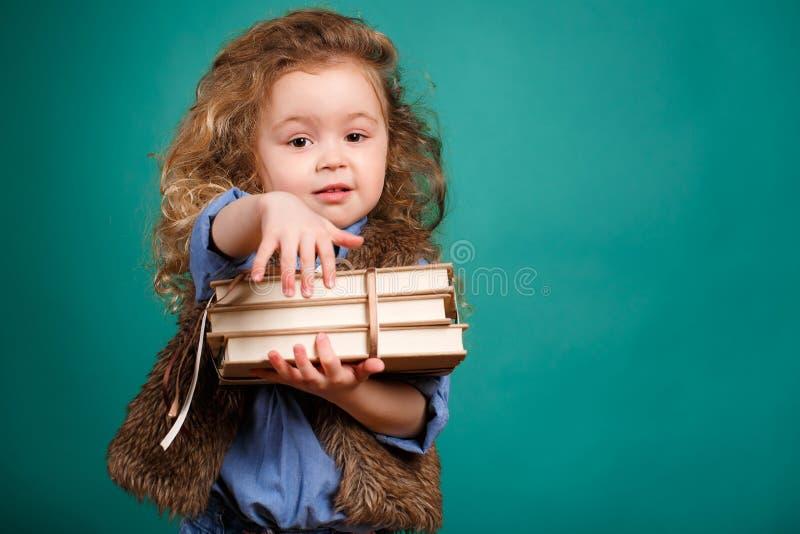 Kleines Mädchen mit Büchern lizenzfreie stockfotos