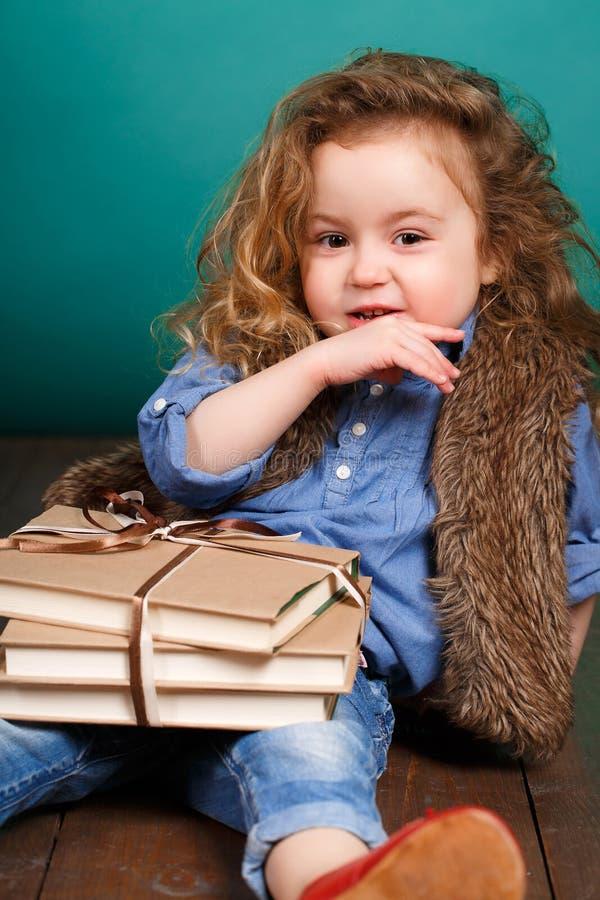 Kleines Mädchen mit Büchern stockbild