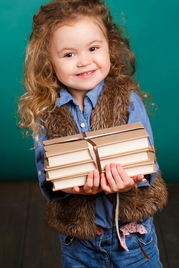 Kleines Mädchen mit Büchern stockfotografie