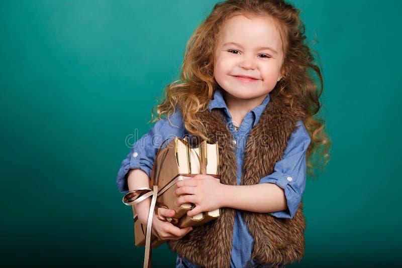 Kleines Mädchen mit Büchern lizenzfreies stockfoto