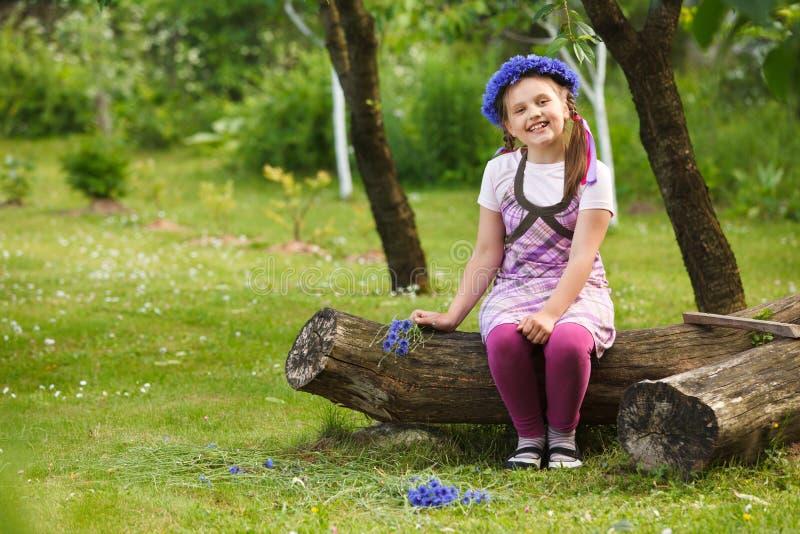Kleines Mädchen mit blauem Chaplet stockfotografie