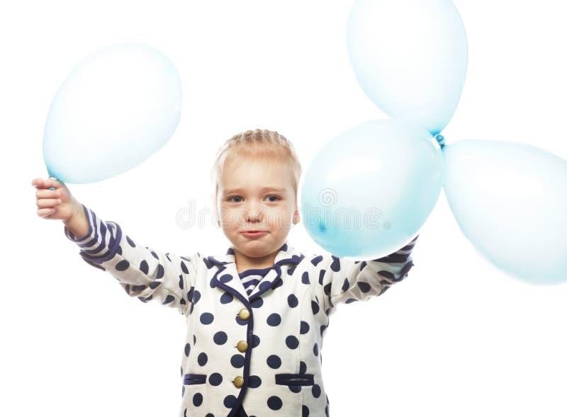 Kleines Mädchen mit blauen Ballonen stockbild