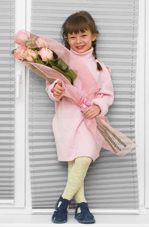 Kleines Mädchen mit Blumenstrauß lizenzfreie stockfotos
