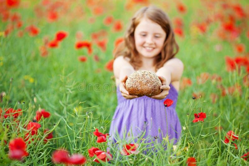 Kleines Mädchen mit Brot lizenzfreie stockbilder