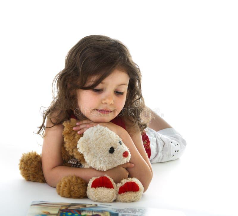 Kleines Mädchen mit Buch lizenzfreies stockbild